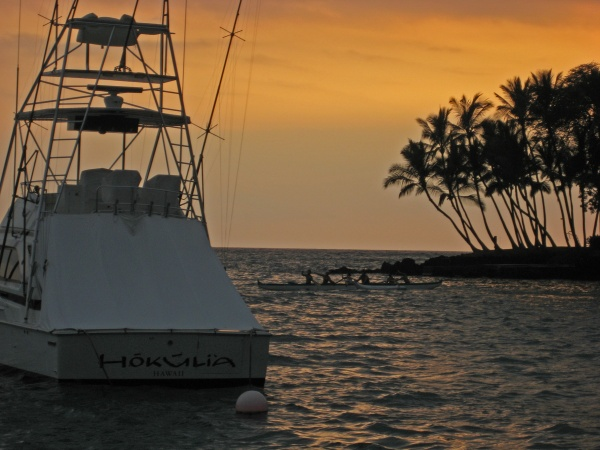Awaiting darkness in Keauhoa Bay, before boarding the Hokuhele for our trip to see mantas.